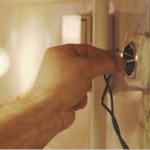 Apeleaza la un electrician autorizat, nu iti pune familia in pericol!